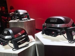 Weber Pulse Elektrogrills auf einem Tisch