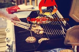 Grill mit Fleisch, Spießen und Gemüse